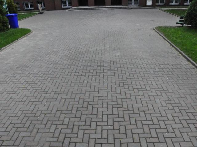 Wykonanie kostki brukowej przy IV LO w Tarnowie
